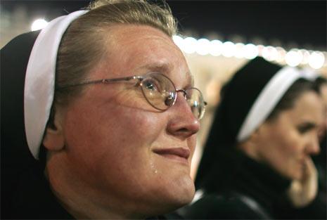 En nonne reagerer med tårer på nyheten om at paven er død. (Foto: Reuters/Scanpix)