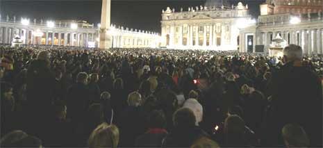 Tusener av mennesker strømmer til Petersplassen etter nyheten om pavens død. (Foto: Reuters/Scanpix)