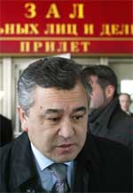 SKAL FORHANDLE: Omurbek Tekebayev i det han ankommer flyplassen i Moskva. Foto: AP/Scanpix.