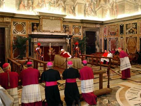 Kardinalene var de første som æret den avdøde paven, som ligger på lit de parade i Clementins hall i Vatikanet. Foto: AP/Scanpix.