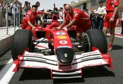 Ferrari-teknikerne sliter med den nye bilen til Michael Schumacher. (Foto: AP/Scanpix)