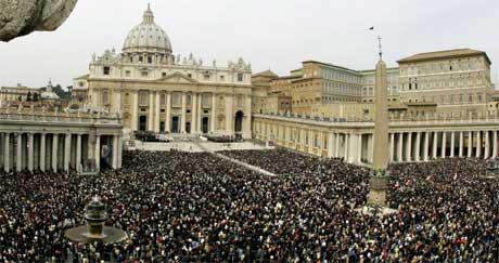 FYLTE GATENE: 100.000 mennesker ville være med å hedre den avøde paven. Foto: Reuters/Scanpix.