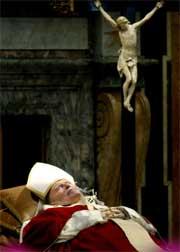 FLYTTES: Pave Johannes Paul II døde 21.37 på lørdag. Foto: AFP/Scanpix.