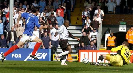 Luis Boa Morte scorer Fulhams tredje mål. (Foto: AP/Scanpix)