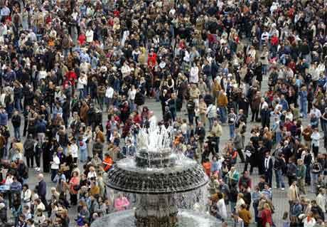 OVer 100.000 mennesker var samlet på Petersplasen under en dødsmesse for paven i går. (Foto: AFP/Scanpix)