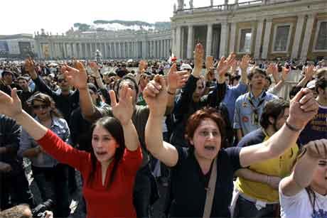 Det var fullt av menneske på Petersplassen også i dag. Her er ei gruppe i lovsang.(Foto: AP/Scanpix)