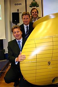 Administrerende direktør Jostein Sætrenes i Bourbon Offshore Norway (nederst), administrerende direktør Jogeir Romestrand, Odim ASA, og administrerende direktør Tore Ulstein ved Ulstein Verft/Ulstein Design. (Foto: Kjell Herskedal/Scanpix)