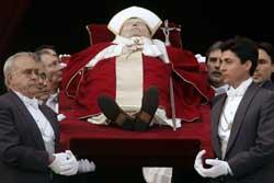 VURDERTE Å GÅ AV: Pave Johannes Paul II vurderte å trekke seg i 2000. Det skriver han i sitt åndelige testamente. (Foto: Scanpix)