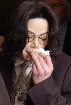 Michael Jackson tørker nesa under en pause i sexovergrep-saken i Santa Barbara. Foto: Joshua Gates Weisberg, AP Photo.