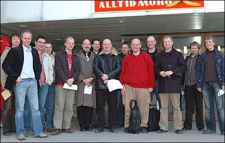 Gruppebilde foran NRK-bygget. (Foto: Christian Mørdre)