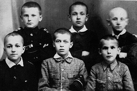 Et klassebilde fra barneskolen viser en helt alminnelig gutt, akkurat som de andre klassekameratene. Karol øverst til venstre. Foto: AP Photo