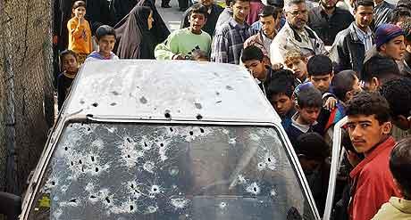 BAGDAD:  En iraker er drept i sin bil i Sadr-byen. ( AP Photo/Karim Kadim)