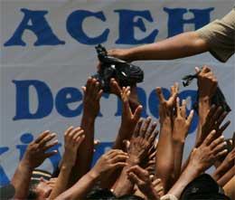 ACEH. Fattige rekker hendene ut etter mat (Scanpix/Reuters)