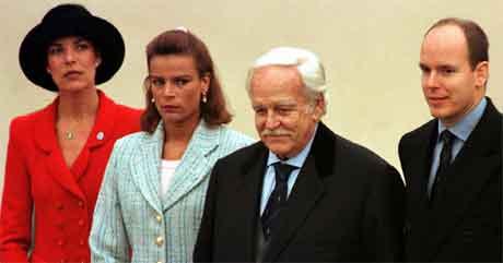 Fyrst Rainier av Monaco sammen med sine barn. Fra venstre i bildet står prinsesse Caroline, prinsesse Stephanie og prins Albert. Bildet er fra 1997. (Foto: AP/Scanpix)