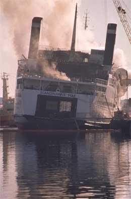 Skipet ble fraktet til kai i Lysekil mens slukkingsarbeidet pågikk. (Arkivfoto: Tor Arne Dalsnes/Scanpix)