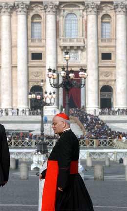 Den italienske kardinalen Salvatore De Giorgi, erkebiskop i Palermo, på Petersplassen i dag. (Foto: AP/Scanpix)