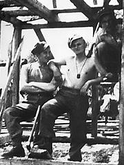 Karol Wojtyla (i midten) i arbeidsleir. Foto: Adam Gatty-Kostyal / AP Photo