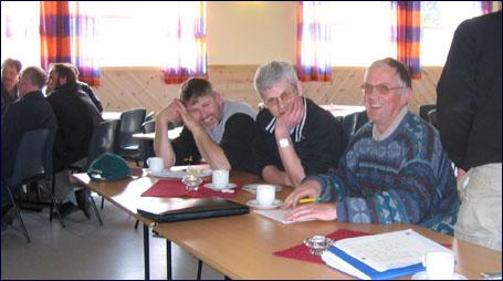 Johan Brandvik, Wollert Krohn og Oddvar Valle er blant bøndene som no vurderer om de skal bli medeiere i slakteriselskapet. Foto: Gunnar Sandvik