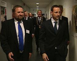 Kronprinsen saman med delegasjonen under opninga i dag. Til venstre Øyvind Andersen, dagleg leiar i Offshore Simulator Centre AS.