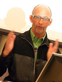 IFPI-sjef Sæmund Fiskvik la fram sine synspunkter om den nye åndsverkloven under den åpne høringen i Stortinget sist onsdag. Foto: Jørn Gjersøe, NRK.