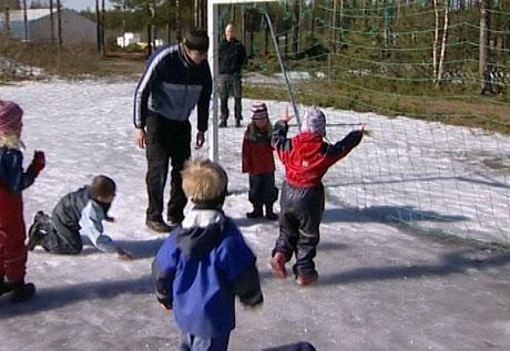 Mannlige ansatte i barnehager finne gjerne på utradisjonelle aktiviteter. (Foto: Stig Karlo Helstrøm/NRK)