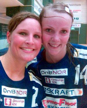 FORNØYDE: Kaptein Silje Benonisen (t.v) og Ragnhild Sørlie jubler over kvalifiseringsspill.