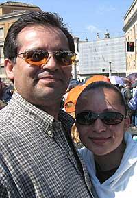 LANGVEISFARENDE: Arthuro og Denise Hernandez har reist helt fra Denver, Colorado i USA. (Foto: Wilhelm Andreas Eilertsen)