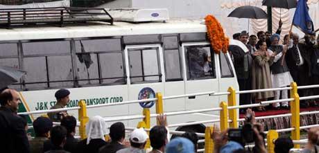 Indias statsminister Manmohan Singh gir klarsignal til den indiske bussen. (Foto: Scanpix/Reuters)