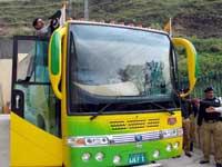 Den pakistanske bussen startet turen den motsatte veien. (Foto: Reuters/Scanpix)