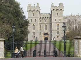 SIKKERHETSBOMBE: Tabloiden The Sun har smuglet en falsk bombe inn på Windsor slott. Sikkerheten er ikke god rundt de britiske kongelige. (Foto: AP Photo/Dave Caulkin)