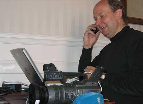 GODE SPØRSMÅL: NRKs Europa-medarbeider Arnt Stefansen svarte på lesernes spørsmål fra sitt hotellrom i Roma torsdag formiddag. (Foto: Wilhelm Andreas Eilertsen/NRK)