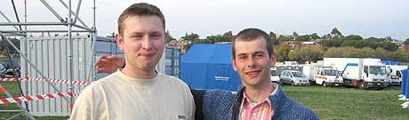 LANG BILTUR: Lukasz Patralski og broren Kamal (høyre) kjørte i 26 timer for å komme til Roma. (Foto: Wilhelm Andreas Eilertsen/NRK)