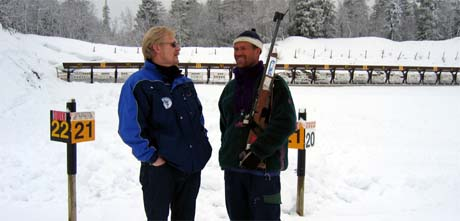 Speaker ved Liatoppen skiskytterarena i Ål Tore Bøygard (t.v.) og rennleder Leif Ove Sataslåtten. Foto: Gunnar Grimstveit, NRK