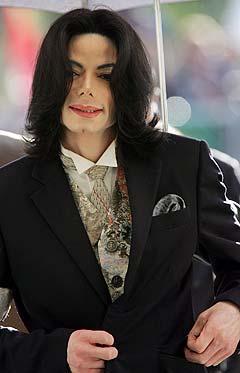 I følge et vitne skal Michael Jackson ha hatt hånda si nede i buksa på barnestjernen Macaulay Culkin. Foto: Robyn Beck, Reuters.