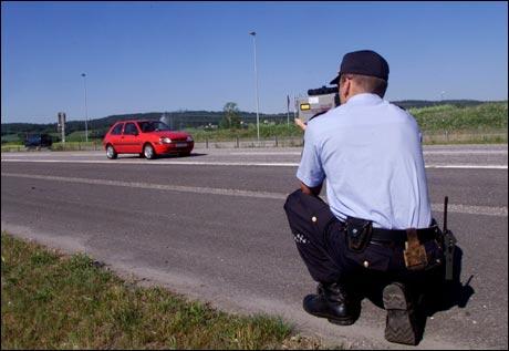 Det er ventet stor pinsetrafikk mandag ettermiddag. De som kjører for fort, for farlig eller på annen måte bryter trafikkreglene vil bli møtt av strenge reaksjoner. Foto: Morten Holm / Scanpix