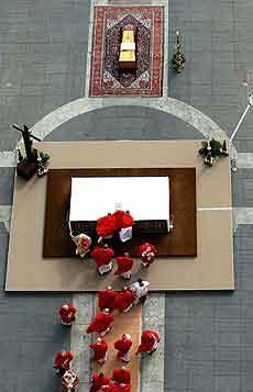 Vinden blåste i kardinalenes kapper foran pavens kiste. Foto: Dylan Martinez, Reuters