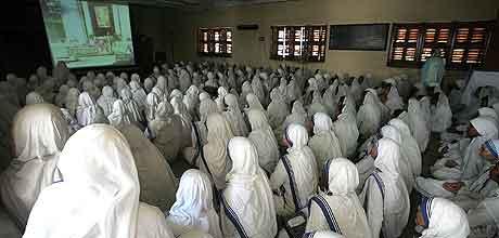 Nonner i Calcutta følger begravelsen på fjernsyn.