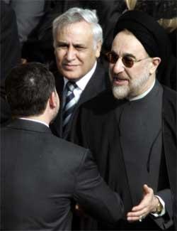 Mohammad Khatami hilser på Jordans kong Abdullah, med Moshe Katsav ved sin høyre side i Roma fredag. (Foto: Scanpix / AP)