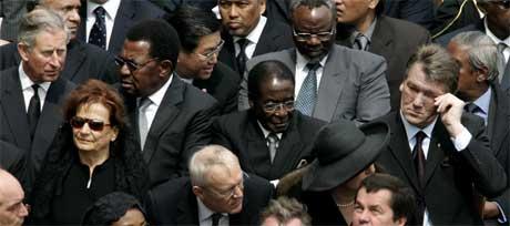 Prins Charles (t.v.) og Robert Mugabe (i sentrum) hilste i vrimmelen av statsledere og kongelige i Roma i går. (Foto: Scanpix / Reuters)