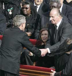 USAs president George W. Bush hilste på Spanias kong Juan Carlos. (Foto: Scanpix / AP)