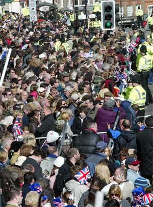 Trangt om plassen foran rådhuset før Charles og Camilla kom. (Foto: Scanpix / AP)