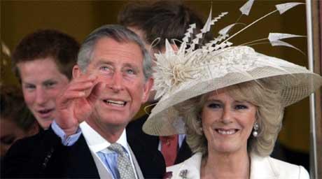 Prins Charles og Camilla på vei ut av rådhuset i Windsor etter seremonien. I bakgrunnen ses prins Harry. (Foto: Scanpix / AP)