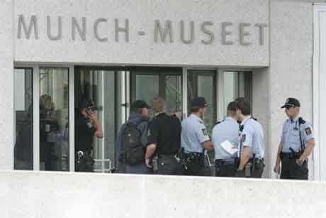 Store politistyrker rykket ut til Munch-Museet etter ranet 22. august i fjor. (Foto: Scanpix)