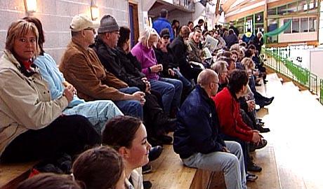 Folk sat tolmodig i kø ein time før billettsalet starta (Foto: Kjell Jøran Hansen)
