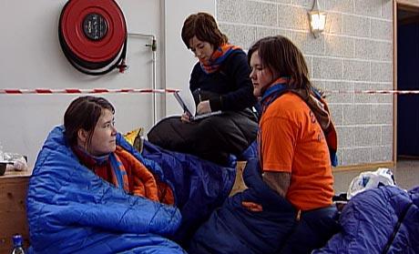 Desse tre fekk kome inn og varme seg etter ei heller kald natt utanfor døra (Foto: Kjell Jøran Hansen)