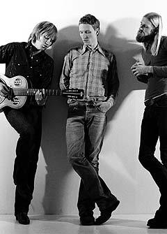 BigBang er klare med nytt album, og holder fortsatt sammen etter ti år som band. Bandet består i dag av (f.v.) Øystein Greni, Erik Tresselt og Olaf Olsen. Foto: Promo.