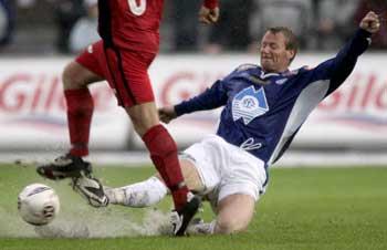 Trond Strande og de andre Molde-spillerne fikk en tøff oppgave på den regtunge gressmatta. (Foto: Tor Richardsen / SCANPIX)