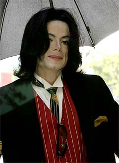 Michael Jackson ankommer rettslokalene i Santa Barbara mandag. Foto: Connie Aramaki, AP Photo.