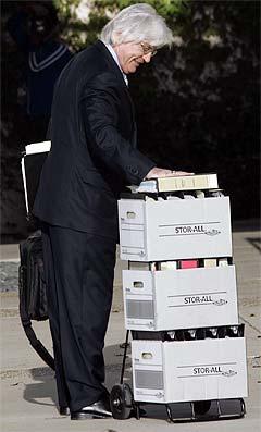 Michael Jacksons forsvarsadvokat Thomas Mesereau Jr. ankommer rettslokalet med alle sine dokumenter. Foto: Nick Ut, AP Photo.