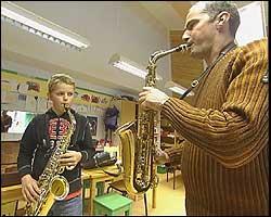 Saksofonopplæring i Leikanger kulturskule. Arkivfoto NRK